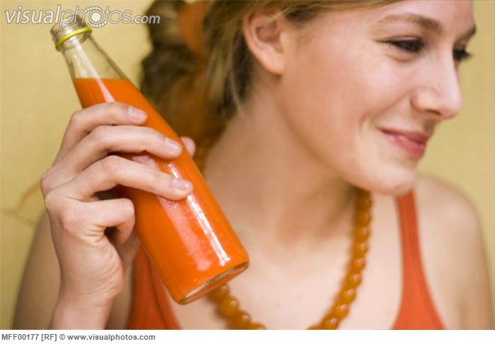woman_drinking_carrot_juice_MFF00177