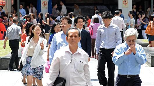 101056828-Singapore pedestrians (2).530x298